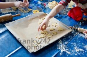 Children-baking-Christmas-cookies2