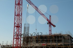 Construction-site-with-cranes-and-building