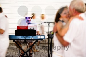 Couples dancing to a solo entertainer - franky242 photography