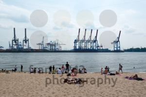 Hamburg: People are enjoying summer at the Elbe - franky242 photography