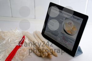 Modern-Cooking-with-Digital-Tablet-PC1