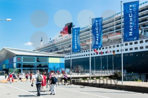 Queen Mary 2 – the luxurious cruise liner in Hamburg - franky242 photography