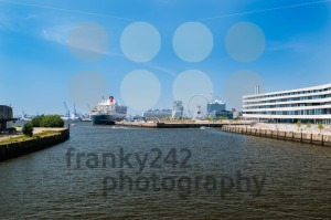 Queen Mary 2 – the luxurious cruise liner in Hamburg as seen from the new university - franky242 photography