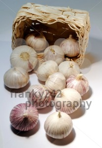 Whole-garlic-with-basket