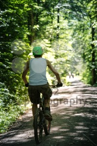 Young-man-mountain-biking-in-the-forest