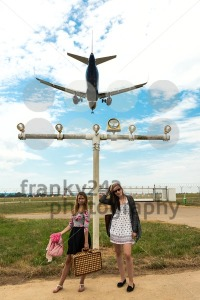 Two girls hitchhiking a plane - franky242 photography