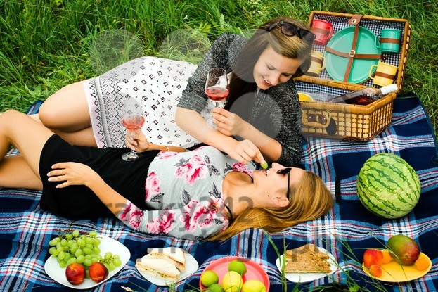 Best friends having a picnic - franky242 photography
