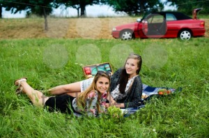 Best friends having a picnic next to their car - franky242 photography