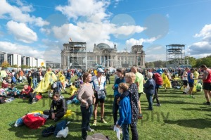 Participants of the Berlin Marathon are gathering around the Reichstag Building - franky242 photography