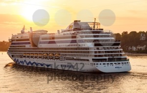 AIDAluna cruise ship is leaving Hamburg - franky242 photography