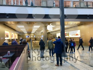 People waiting in front of Apple Store - franky242 photography