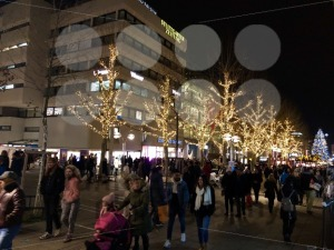 People are walking through the city and the Christmas market - franky242 photography