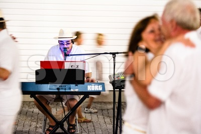 Couples dancing to a solo entertainer Stock Photo
