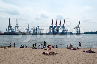 Hamburg: People are enjoying summer at the Elbe Stock Photo
