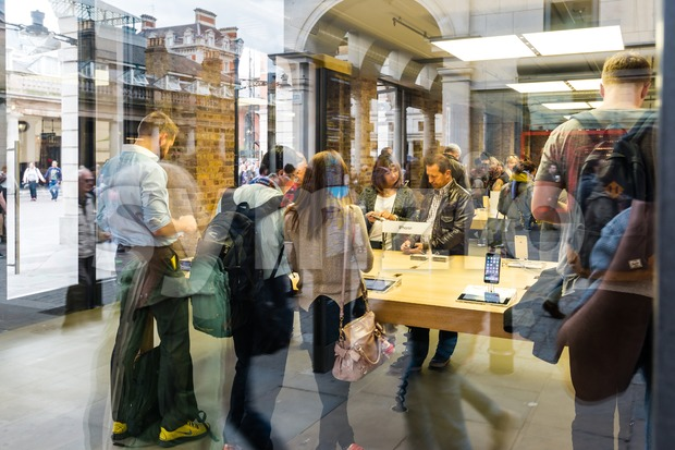 Customers admiring the new Apple iPhone 6 and iPhone 6 Plus Stock Photo