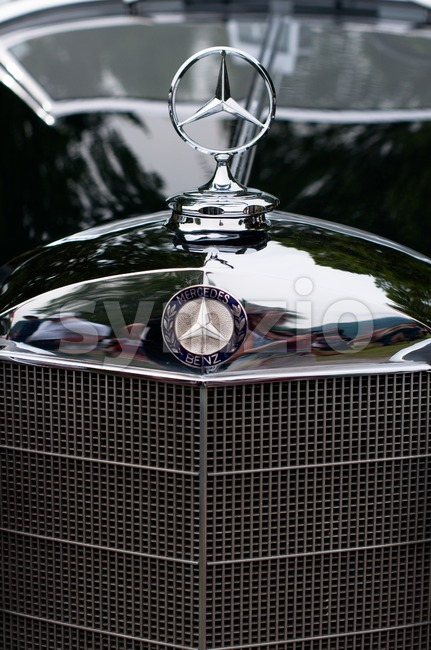 CERNOBBIO, LAKE COMO - MAY 27: Mercedes-Benz sign on a classic Mercedes car at the Concorso d'Eleganza Villa d'Este auto ...