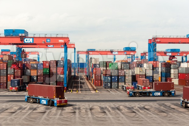 Autonomous driving straddle carrier serving containers in the Altenwerder Container Terminal in Hamburg Stock Photo